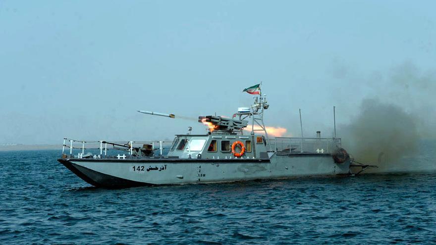Una lancha rápida de la Armada iraní modelo Azarajsh 142 dispara un misil durante unos ejercicios navales en el estrecho de Ormuz.