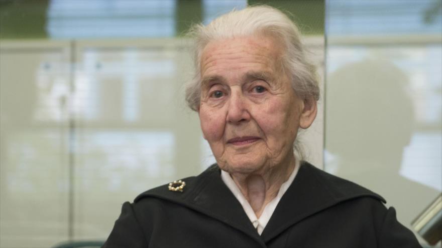 La investigadora alemana Ursula Haverbeck, a la espera de ser juzgada en Berlín (capital alemana), 18 de octubre de 2017 (Foto: AFP).