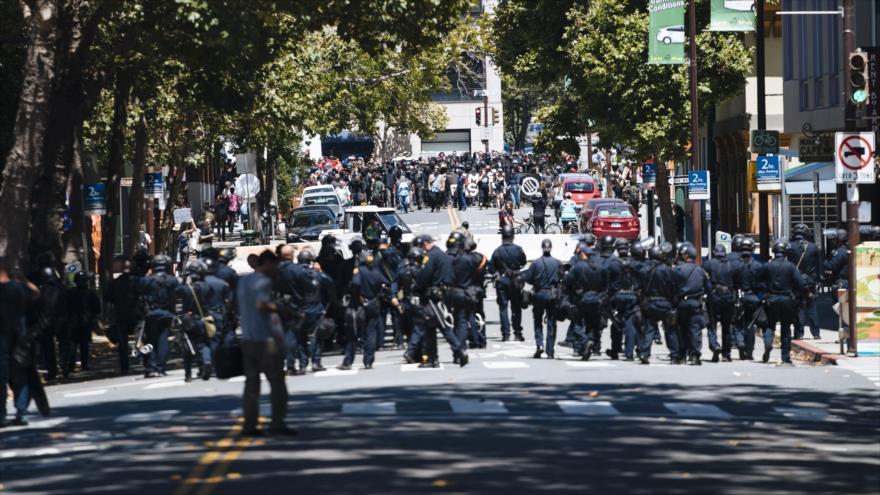 La Policía de EEUU se enfrentacon manifestantes en California