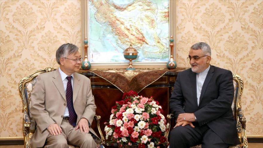 Pang Sen, embajador chino en Irán, en una reunión con el legislador Alaeddin Boruyerdi, Teherán (la capital persa), 5 de agosto de 2018.