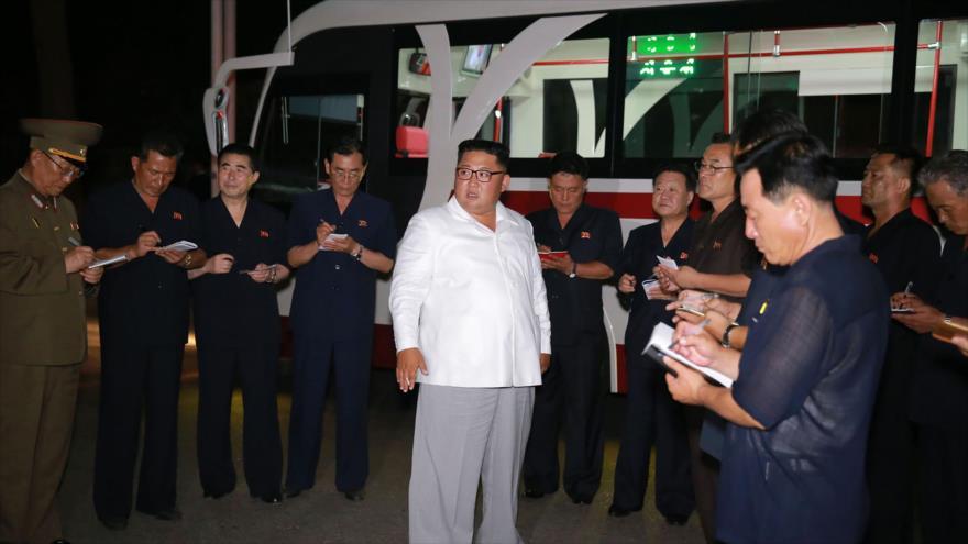 El líder norcoreano, Kim Jong-un, visita una operación de prueba de un nuevo tipo de trolebús en un lugar desconocido, 4 de agosto de 2018.