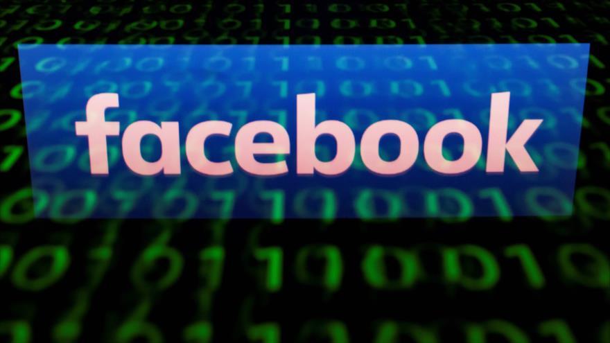 El logotipo de la red social Facebook se refleja en una tableta en París (capital francesa), 28 de abril de 2018. Fuente: AFP.