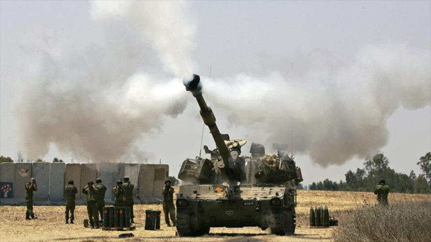 Un tanque del régimen de Israel bombardea la Franja de Gaza.