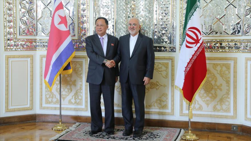 Los cancilleres de Corea del Norte y de Irán, Ri Yong Ho, y Mohamad Yavad Zarif, respectivamente, en Teherán, 7 de agosto de 2018.