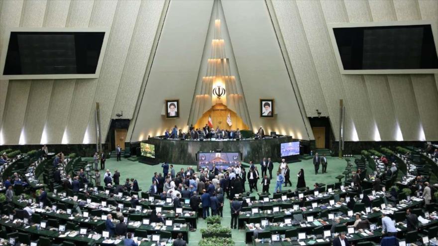 Los parlamentarios iraníes discuten un voto de censura contra el ministro de Empleo y la Seguridad Social, Ali Rabii, 8 de agosto de 2018.