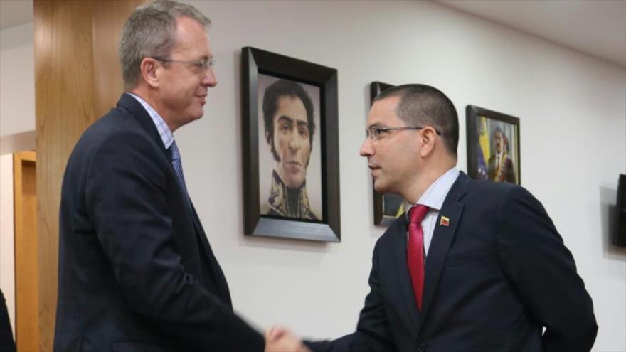 El encargado de Negocios de EE.UU., James Story (izda.), y el canciller de Venezuela, Jorge Rodríguez, 8 de agosto de 2018.