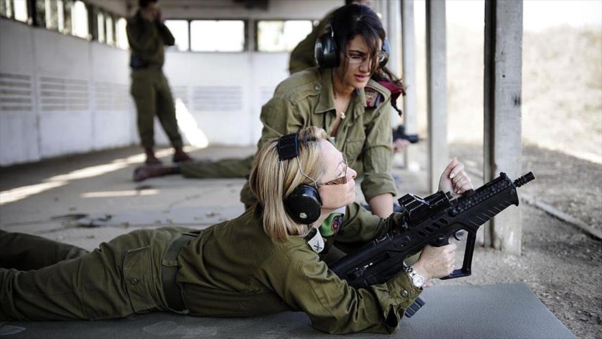 Soldados israelíes practican el manejo de rifle de asalto.