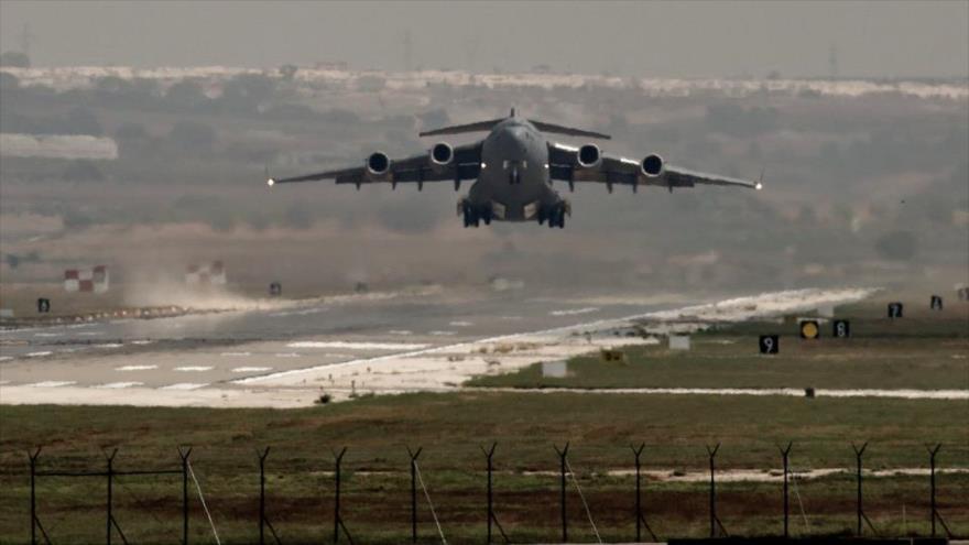 Avión militar estadounidense despega de la base aérea de Incirlik, en el sur de Turquía.