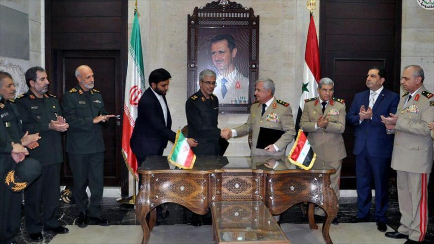 El ministro de Defensa sirio, Ali Abdulá Ayoub (dcha.) y el jefe del Estado Mayor de las Fuerzas Armadas de Irán, Mohamad Baqeri, 21 de octubre de 2017.