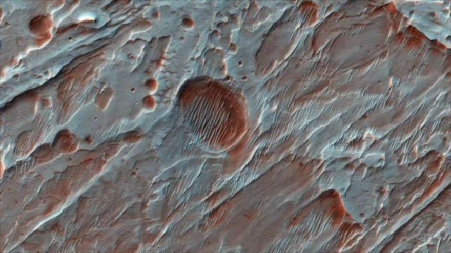 Imagen capturada por la NASA del cráter lleno de agua en Marte.
