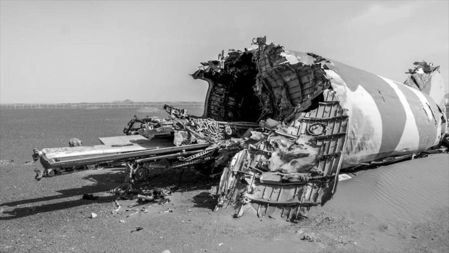 Restos de uno de los helicópteros estadounidenses destruidos en el desierto de Tabas.