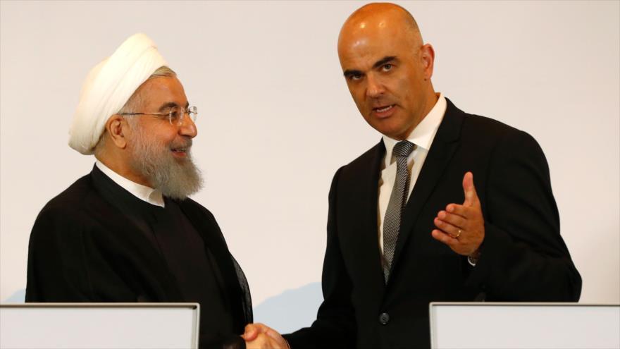Hasan Rohani (izq.), presidente de Irán, junto a su par suizo, Alain Berset, en rueda de prensa conjunta, Berna, Suiza, 2 de julio de 2018.