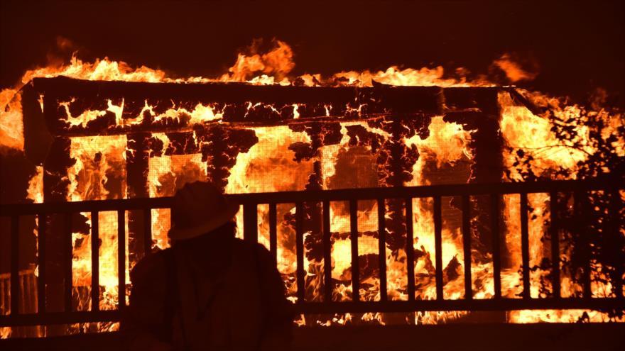 Incendio en California amenaza la vida de 20 mil residentes