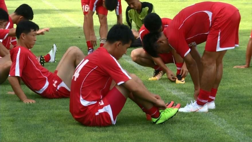 Futbolistas de las dos Coreas se preparan para un partido amistoso