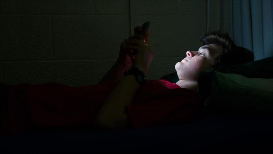 Científicos advierten que la luz azul puede transformar moléculas vitales de la retina en asesinos de células.