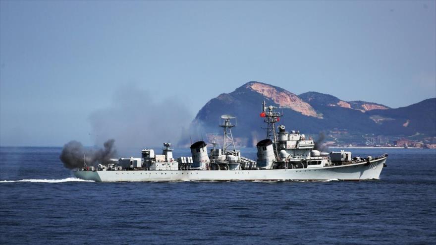 El destructor chino de misiles guiados Dalian, perteneciente a la Flota del mar Amarillo, participa en un ejercicio militar, 17 de agosto de 2017.