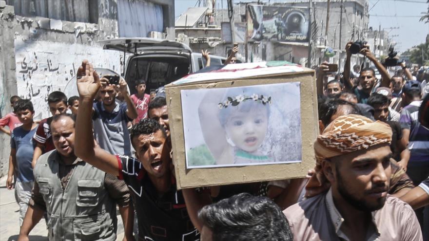 Entierran a mujer embarazada y su hija, asesinadas por Israel