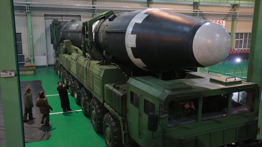 El líder norcoreano, Kim Jong-un, inspecciona un misil balístico Hwasong-15.
