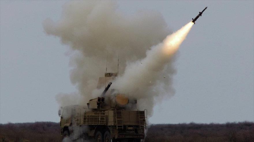 El momento del lanzamiento de un misil por parte del Ejército sirio.