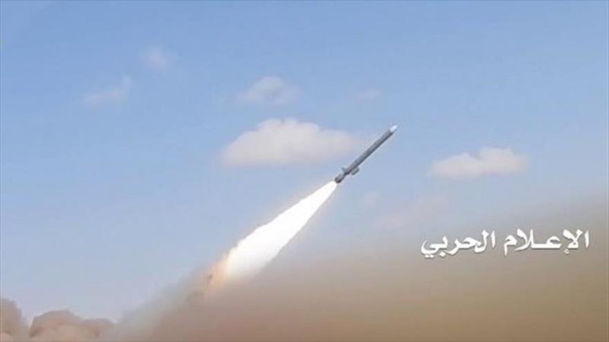 Fuerzas yemeníes lanzan un misil contra posiciones militares saudíes.