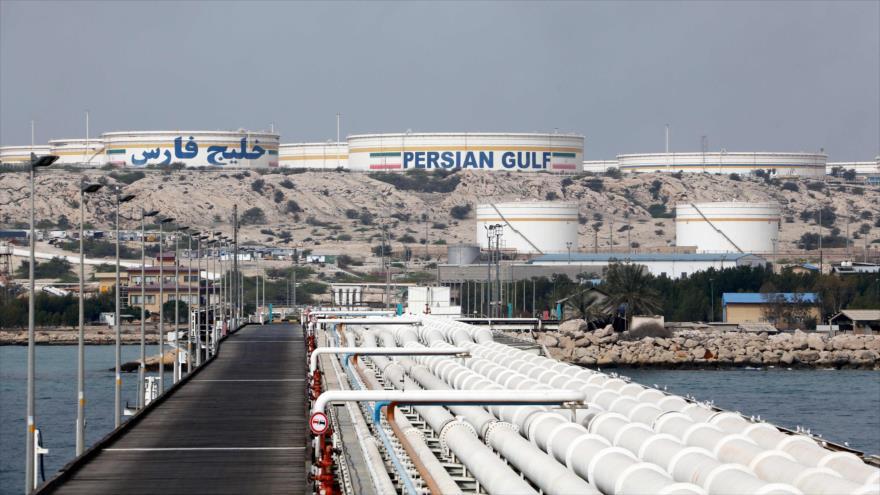 Una instalación petrolera de Irán en la isla Jark, en el Golfo Pérsico, 12 de marzo de 2017. (Foto: AFP)