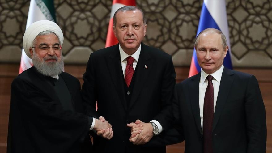 De izda. a dcha.: Los presidentes de Irán, Hasan Rohani, de Turquía, Recep Tayyip Erdogan, y de Rusia, Vladimir Putin, 4 de abril de 2018. (Foto: AFP)
