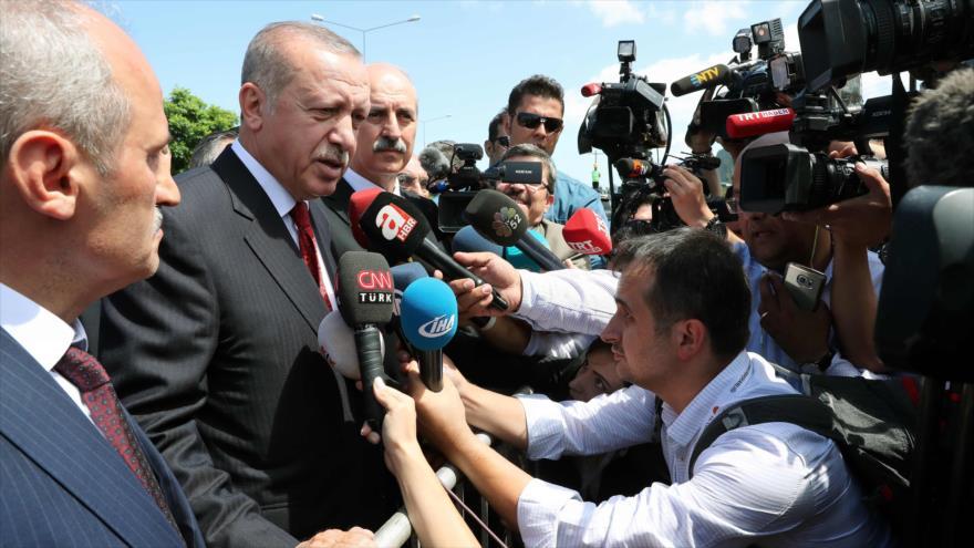 El presidente turco, Recep Tayyip Erdogan, habla con periodistas durante su visita a la provincia de Ordu, 11 de agosto de 2018.