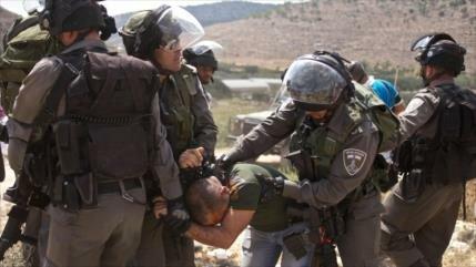 Vídeo: soldado israelí golpea a activista por tomarle fotos