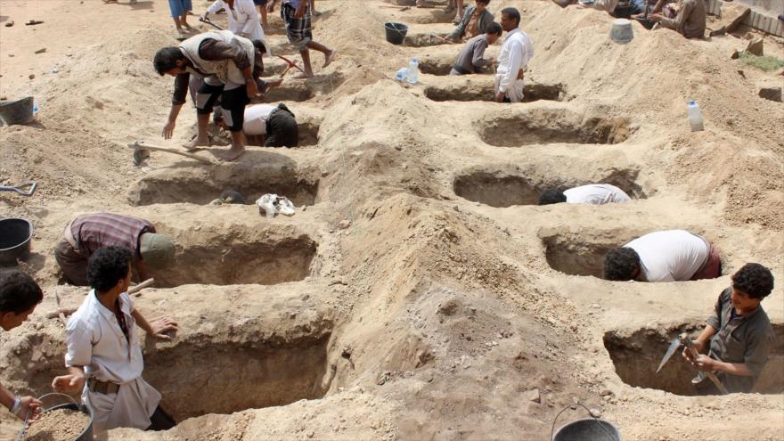Yemeníes cavan tumbas para niños que fueron asesinados en un ataque aéreo saudí en la provincia de Saada (noroeste de Yemen), 10 de agosto de 2018.