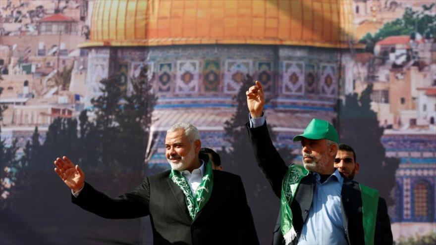 El líder de HAMAS, Ismail Haniya, (izq.) y el líder político de este movimiento en Gaza, Yehya Sinwar, saludan a sus simpatizantes durante una manifestación.