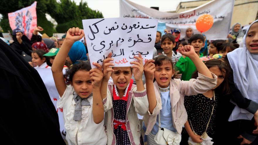 Niños yemeníes condenan la masacre de escolares por Arabia Saudí