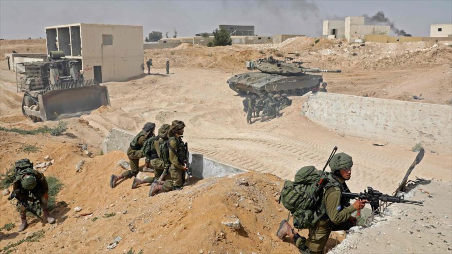 Soldados y tanques israelíes participan en una maniobra en la base militar de Tzeelim, en el desierto de Neguev, 3 de julio de 2018. (Fuente: AFP)