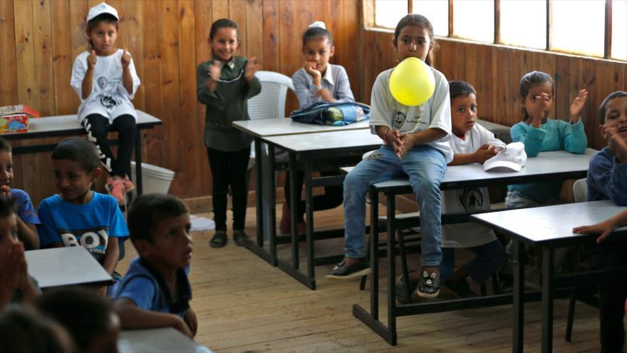Estudiantes palestinos en una escuela en la ocupada Cisjordania, 16 de julio de 2018 (Foto: AFP).