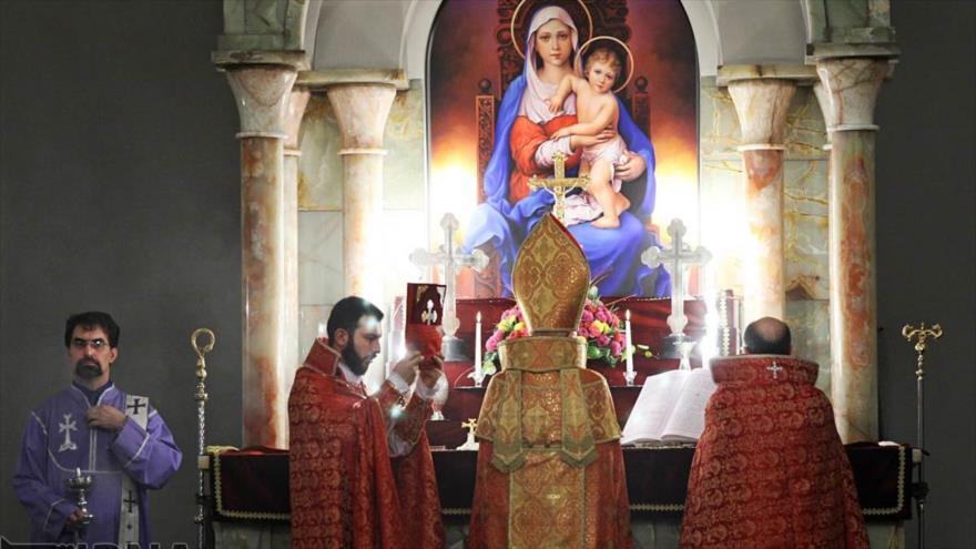 La minoría comunidad cristiana armenia de Irán celebra una ceremonia en la Iglesia Sarkis en Teherán, la capital.
