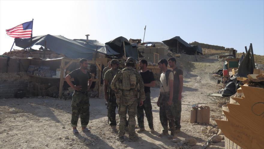 Soldados de EE.UU. conversan con efectivos afganos en un puesto militar en la provincia de Nangarhar (este), 7 de julio de 2018. (Foto: Reuters)