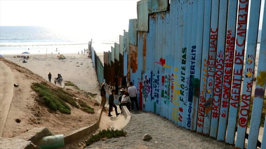 Artista mexicano desafía a Trump al desvanecer muro fronterizo