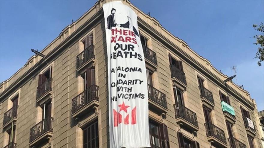 Cuelgan en Cataluña cartel por guerras apoyadas por Felipe y rey saudí