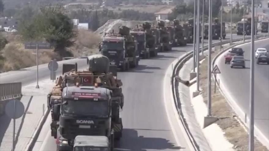 Camiones militares cargan tanques M60T Patton turcos y se dirigen a la frontera siria, 17 de agosto de 2018.