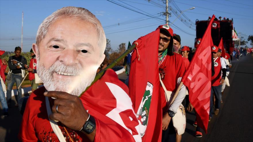Simpatizantes del expresidente brasileño Lula da Silva piden su libertad en una marcha en Brasilia, 14 de agosto de 2018.