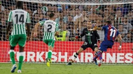 Morales anota espectacular gol al estilo de Maradona ante Betis