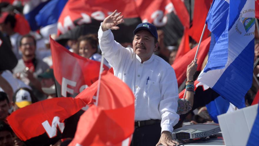 El presidente nicaragüense, Daniel Ortega, entre sus seguidores en Managua, la capital, 19 de julio de 2018. (Foto: AFP)