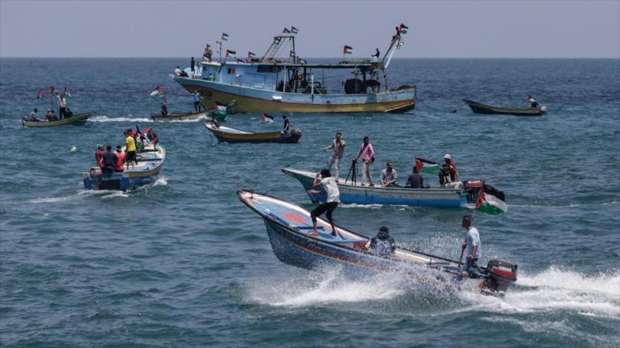Varios barcos palestinos salen del puerto de Gaza en un intento para romper el asedio israelí contra ese enclave costero.