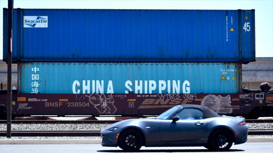 Contenedores del envío, incluido uno de la compañía naviera China Shipping, en el puerto de Long Beach, California, 12 de julio de 2018. (Foto: AFP)