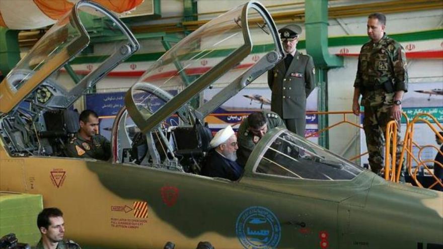 Hasan Rohani, presidente de Irán, visita el primer avión de guerra de fabricación nacional en Teherán, capital persa, 21 de agosto de 2018.