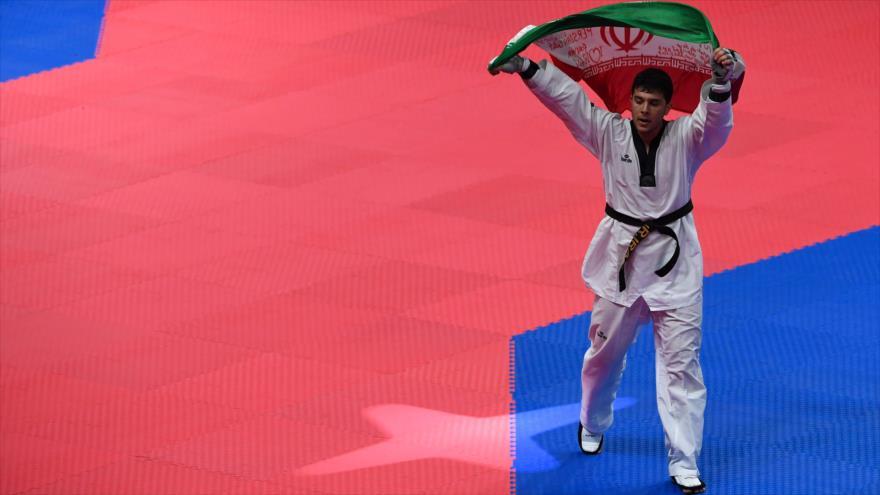 El taekwondista iraní Said Rayabi, celebra su medalla de oro en los Juegos Asiáticos en Indonesia, 21 de agosto de 2018. (Fuente: AFP)