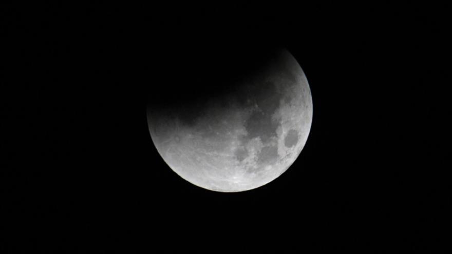 Científicos confirman existencia de hielo en la superficie lunar.