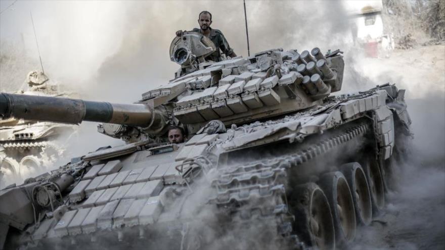 Soldados sirios en un tanque ruso T-72.