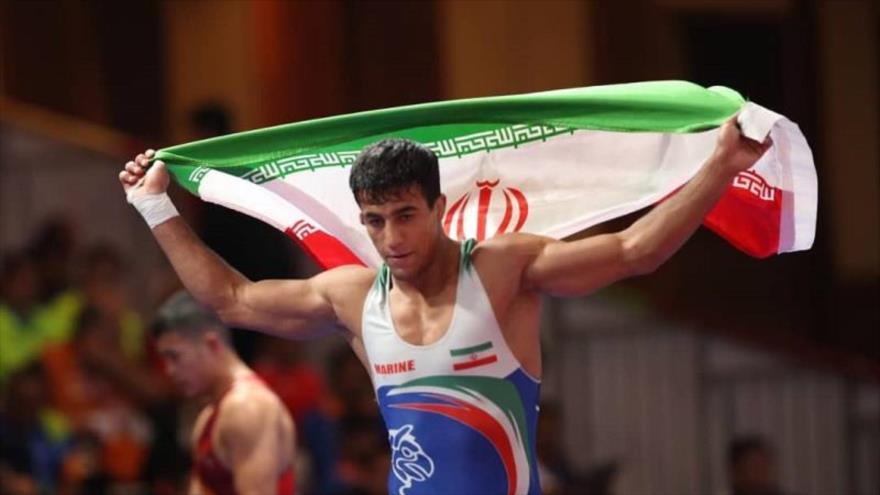 El luchador iraní de estilo grecorromano, Mohamad Ali Garai, vence a su rival de Kazajistán, Mahmud Kayul, y gana la medalla de oro en Juegos Asiáticos de 2018. (Fuente: IRNA)