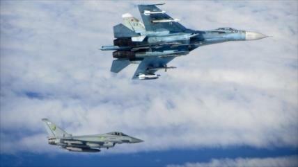 Cazas británicos escoltan a dos Sujói rusos sobre el mar Negro
