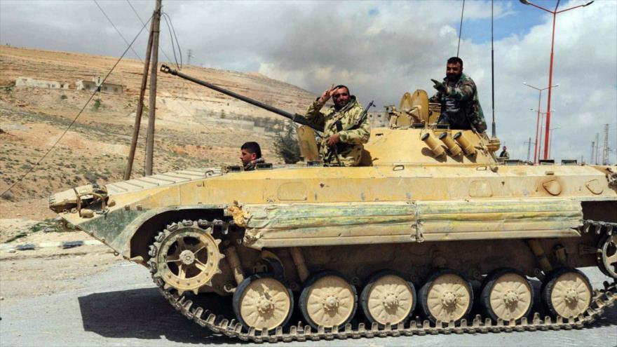 Los soldados del Ejército sirio montados en un tanque.